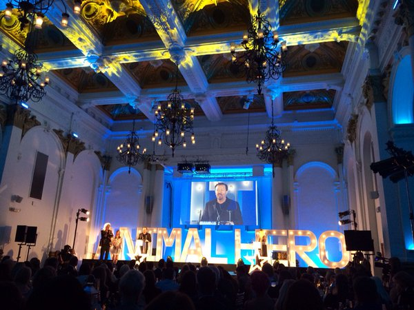 Brian_May_presents_Animal_Welfare_Award_to_Ricky_Gervais_AISgiL